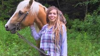 La rastafari française est fière de son cheval et de ses tatouages