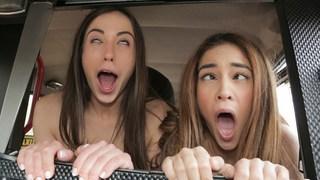 deux nymphos ados vont à l'arrière Ahegao en taxi